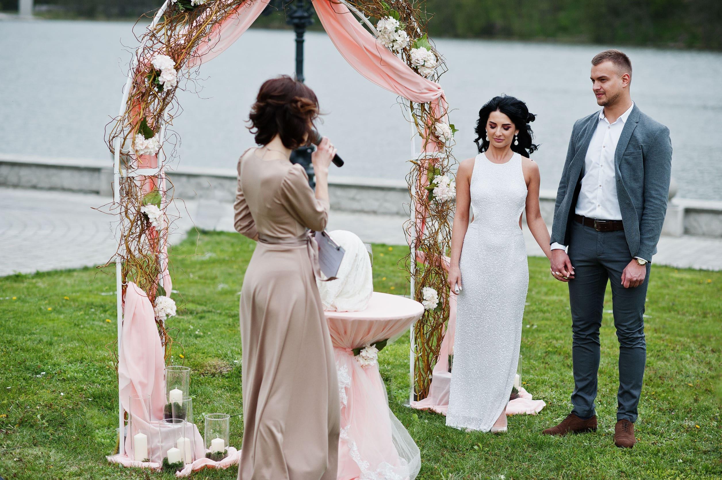 Discours de mariage en extérieur