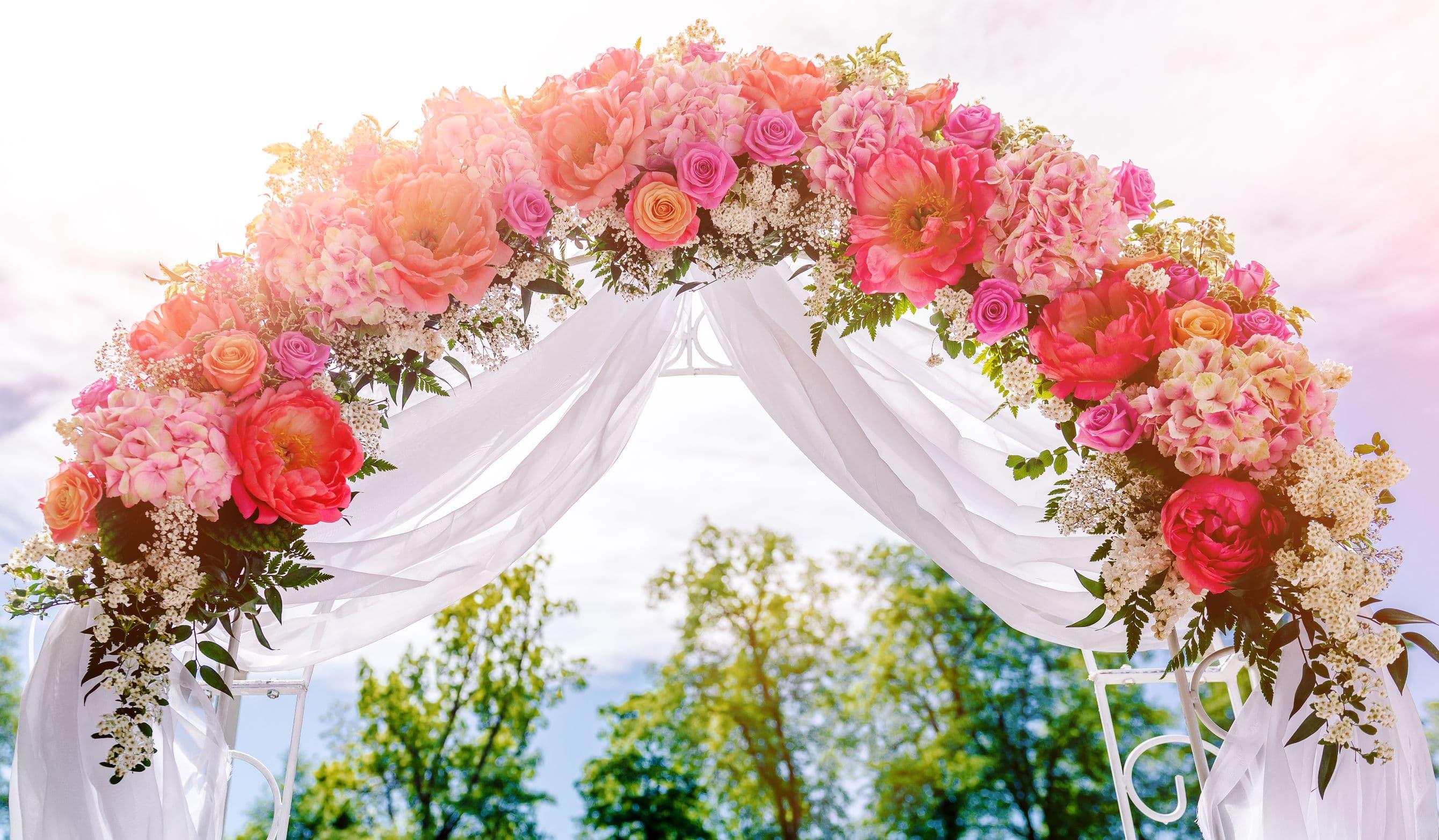 Arche de mariage : toute de rose et de blanc