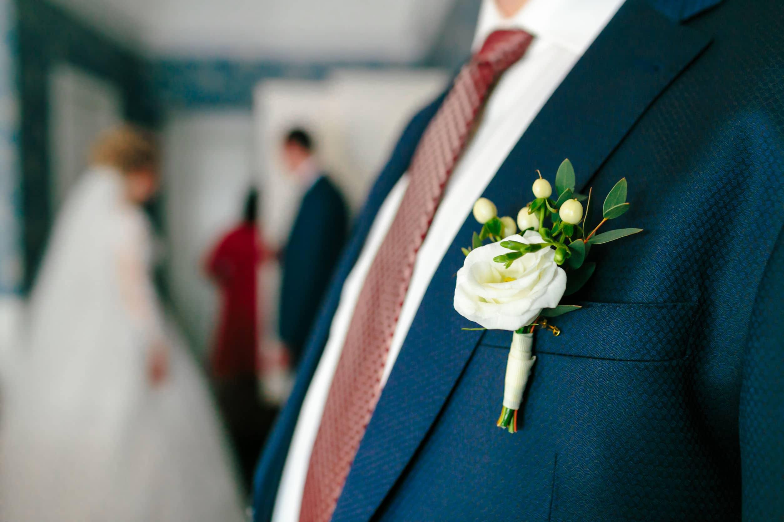 Boutonnière du marié élégamment portée