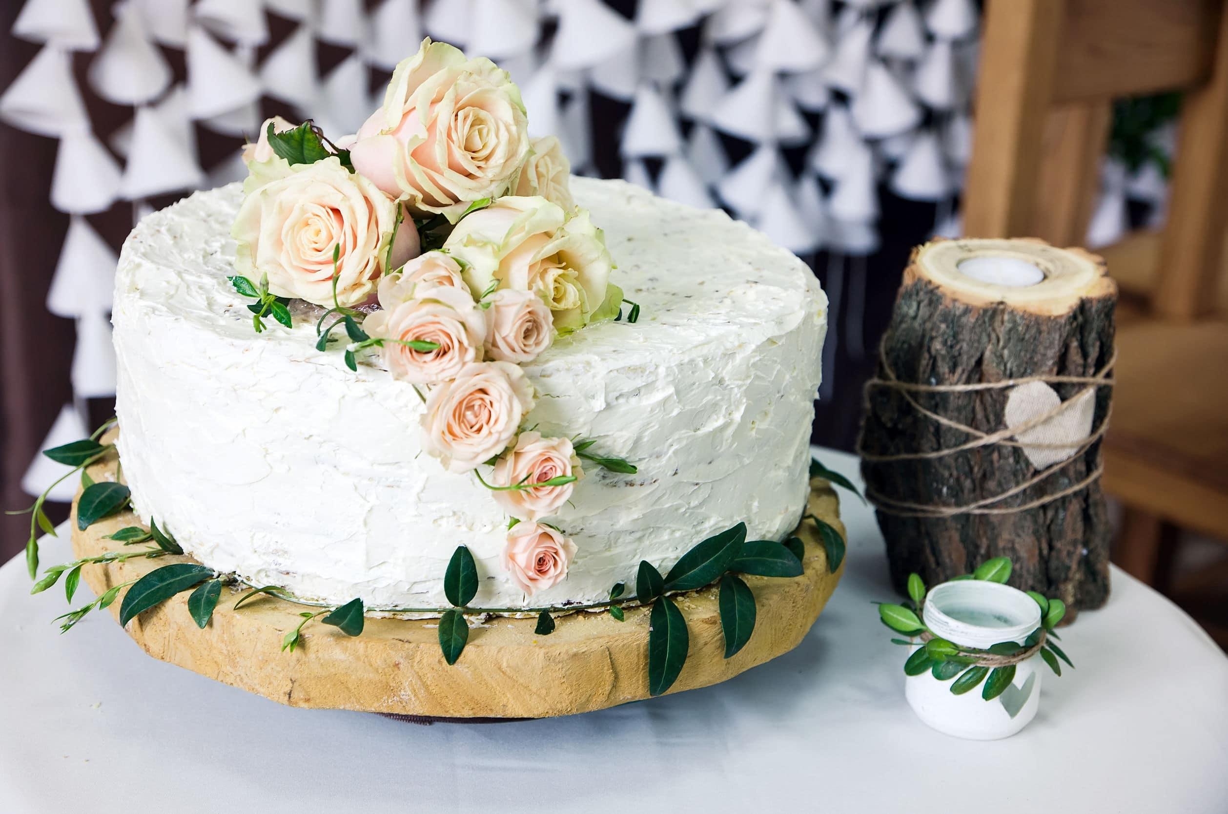 décoration du gâteau de mariage : du blanc et des roses